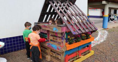 Crianças aprendem colorindo e usando material reciclado